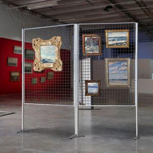 parete-espositiva-con-pannello-a-griglia-metallica-porta-quadri-100x100-1