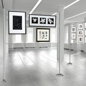 parete-espositiva-con-pannello-a-griglia-metallica-porta-quadri-150x100-1