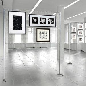 parete-espositiva-con-pannello-a-griglia-metallica-porta-quadri-200x100-1